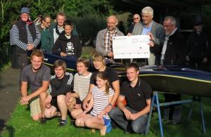 Der Präsident des Lion Clubs Celle, Dr. Wolfgang Quirini (rechts), überreicht dem Ersten Vorsitzenden der Kanu-Gesellschaft Celle, Olaf von Hartz (links),  einen Scheck in Höhe von 1.750 Euro für das neue Abfahrtsboot, das bereits vor einigen Tagen gekauft wurde